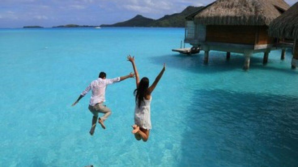 Una coppia in viaggio di nozze alle Maldive