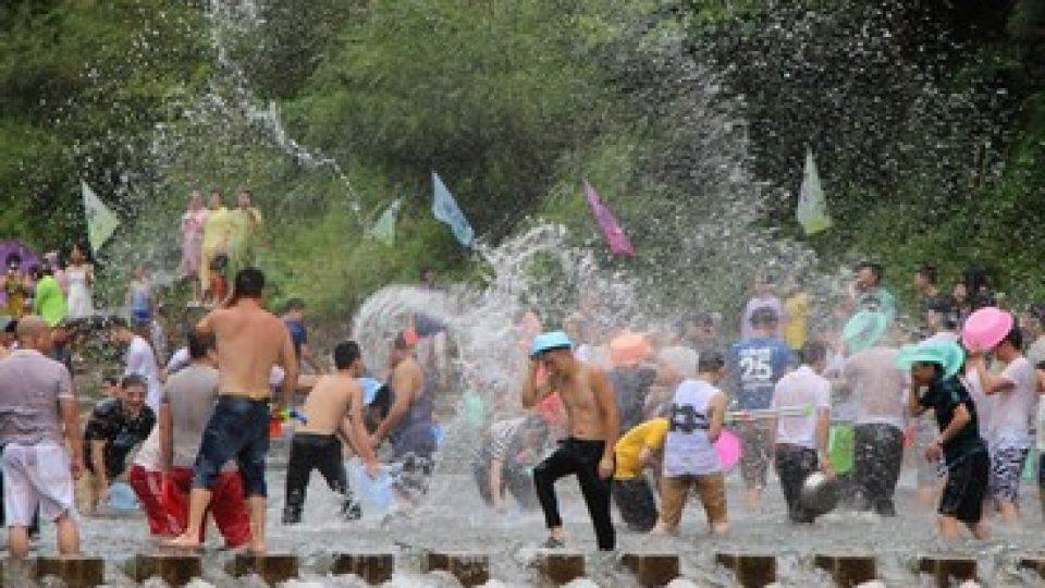 Battaglie di acqua durante il Songkran in Thailandia