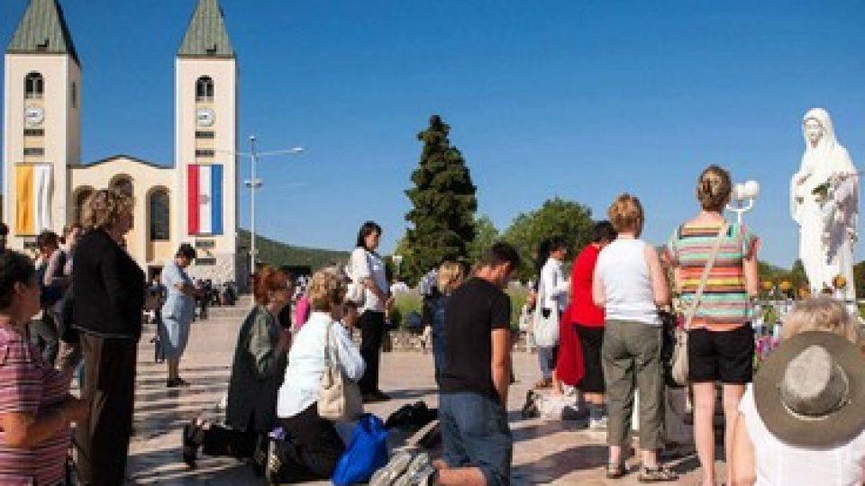 Medjugorje, statua della Madonna davanti alla Chiesa di San Giacomo
