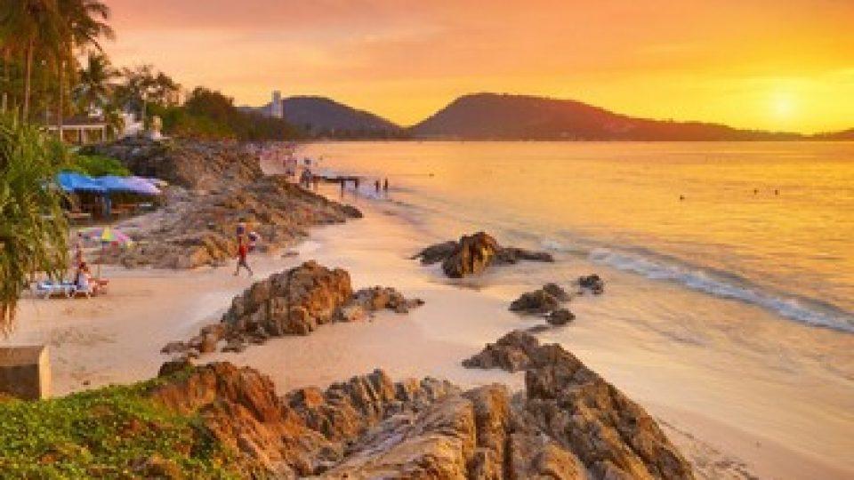 La spiaggia di Patong, a Phuket, in Thailandia