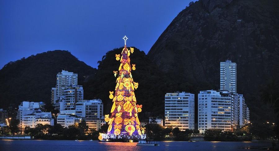 L'albero di Natale galleggiante a Rio de Janeiro