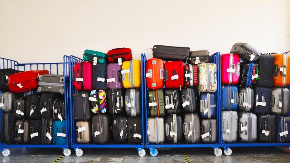 Valigie pronte per la stiva, in aeroporto