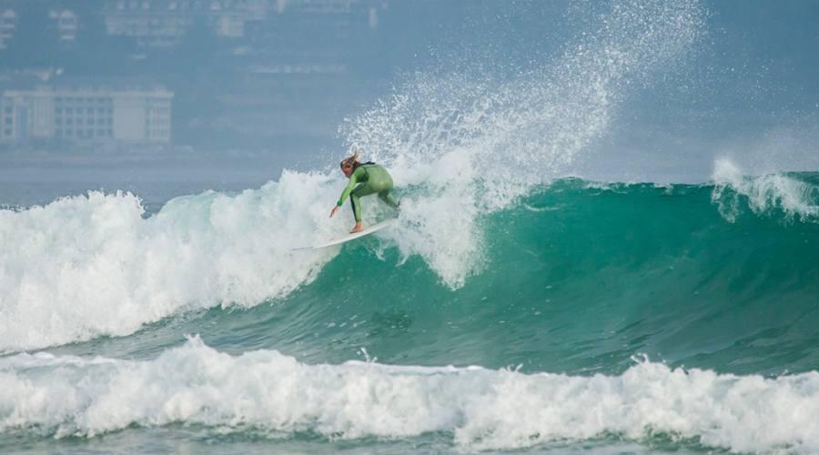 Tra le onde con la tavola da surf
