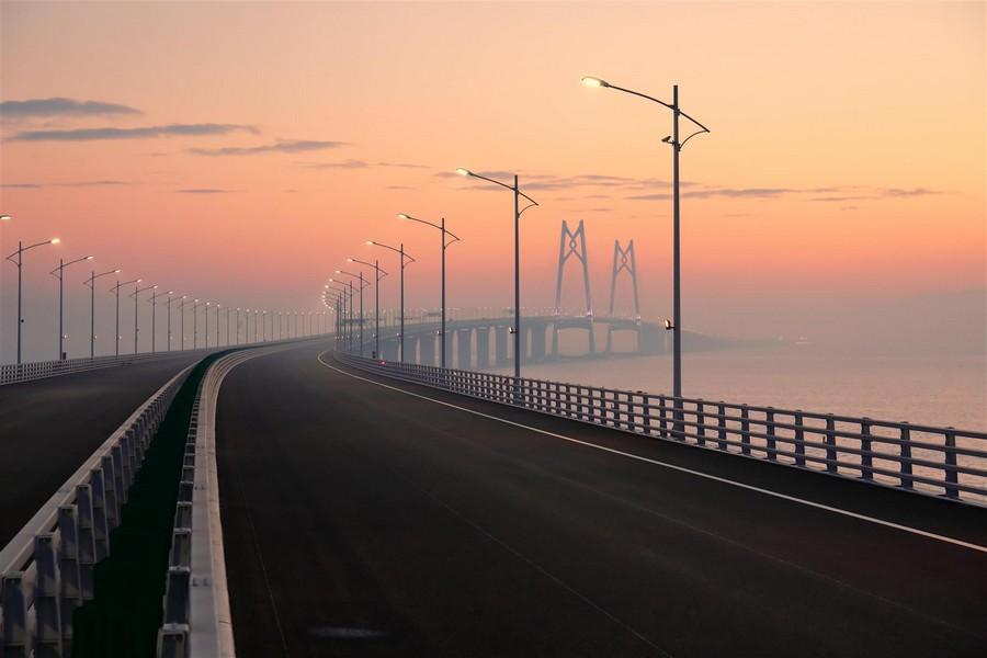 Il ponte cinese più lungo del mondo al tramonto