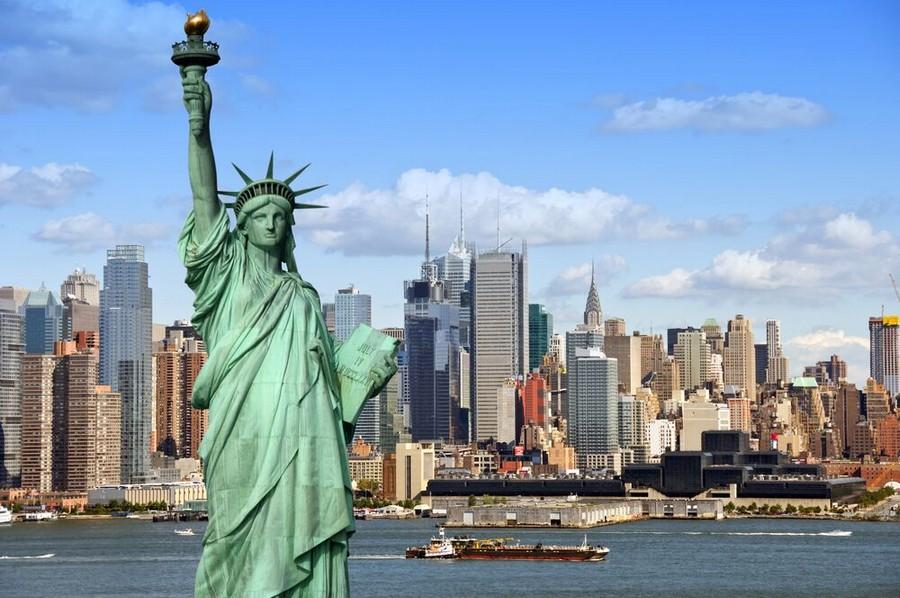 Lo skyline di New York alle spalle della Statua della Libertà