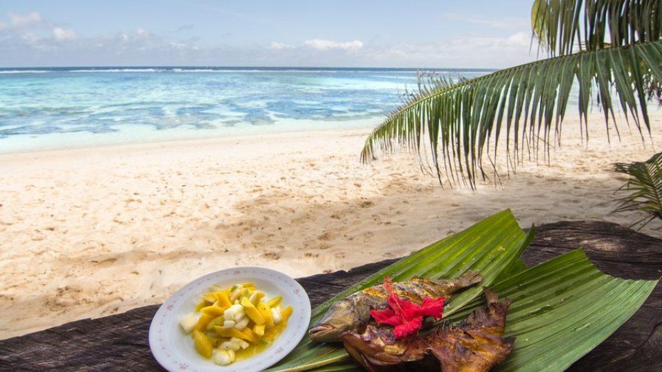 Pesce grigliato e insalata di mango sulla spiaggia di Anse Source D'argent