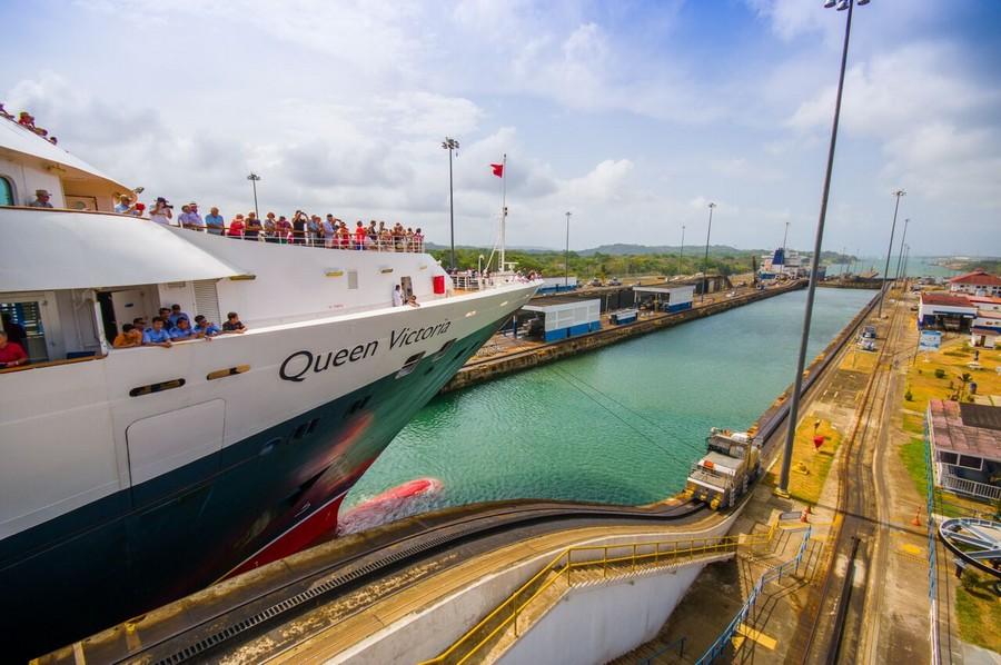 Una nave turistica sul Canale di Panama