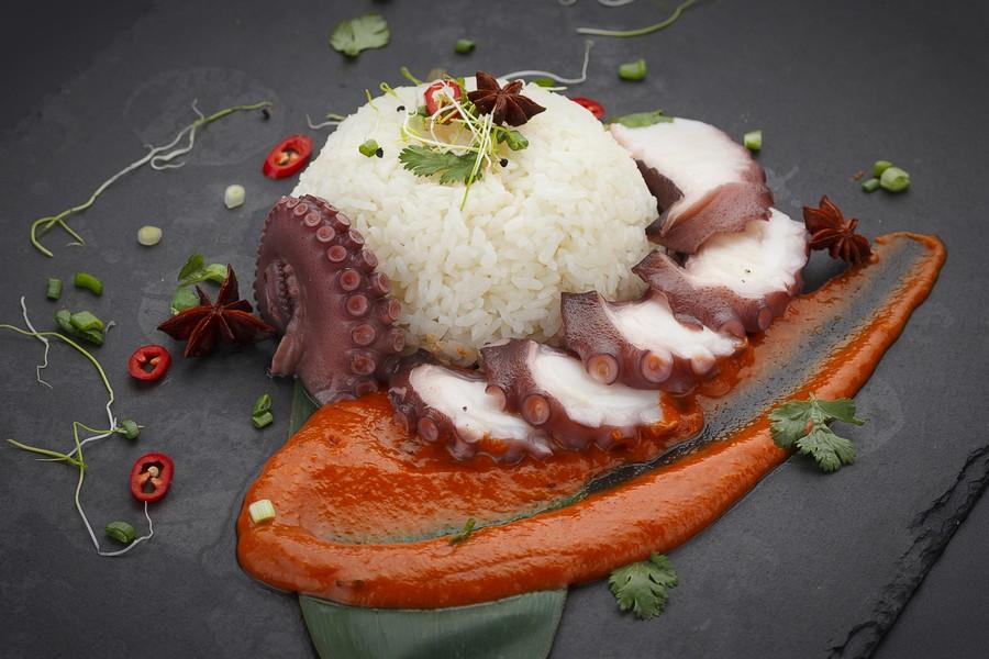 Cucina creola alle Seychelles: riso e polpo arrosto su salsa al curry