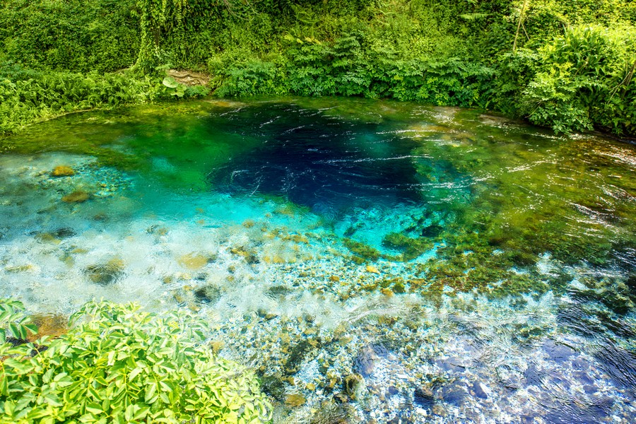 Il cuore di Blue Eye, lago in Albania