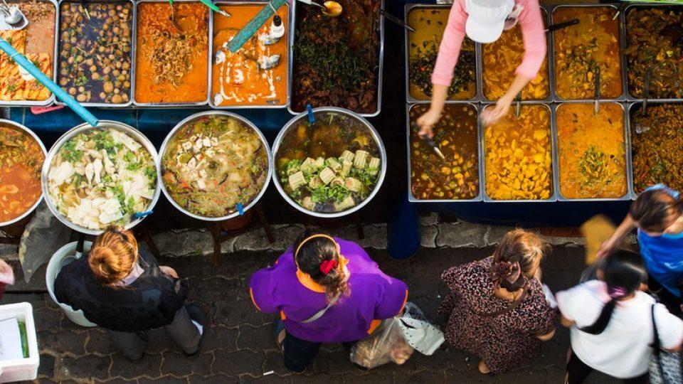 Un banco di street food a Bangkok