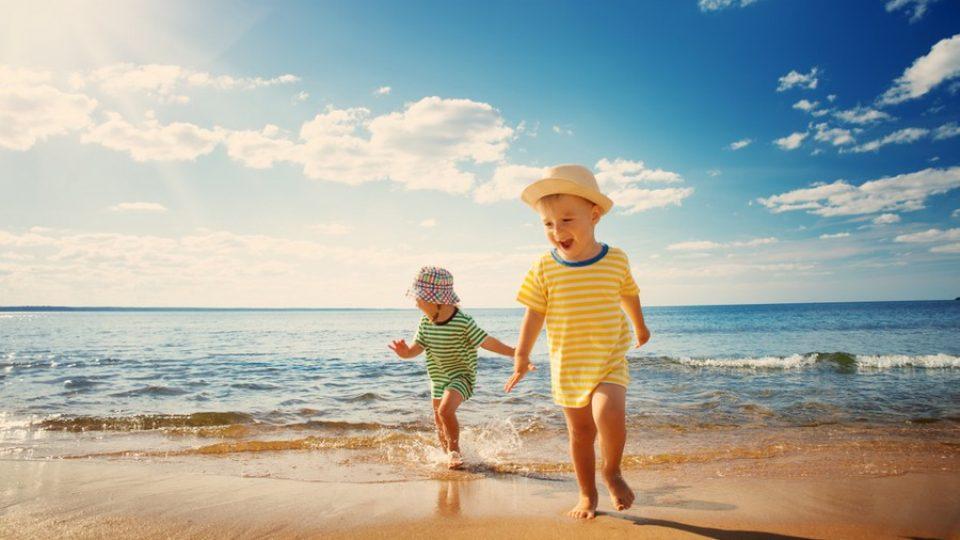 Bambini in spiaggia in riva al mare