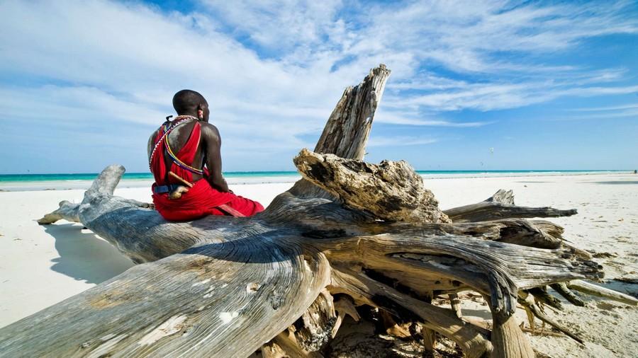 Un Masai keniota in spiaggia