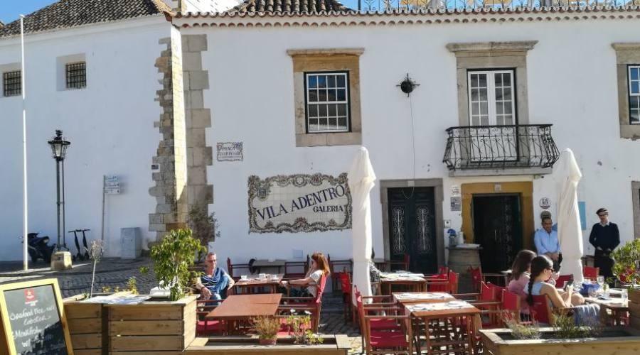 Una piazzetta di Faro, in Algarve (Portogallo)