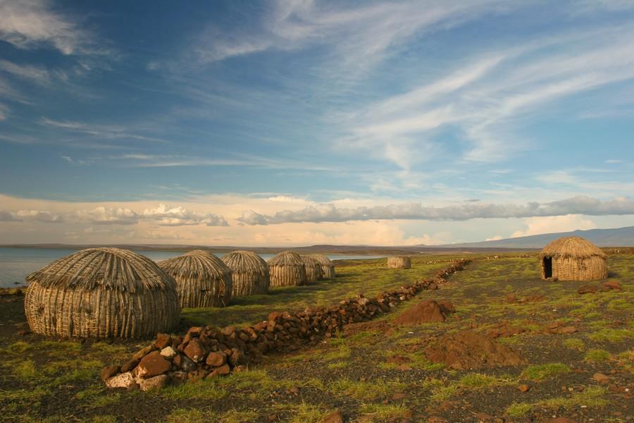 Un villaggio sulle sponde del Lago Turkana, in Kenya