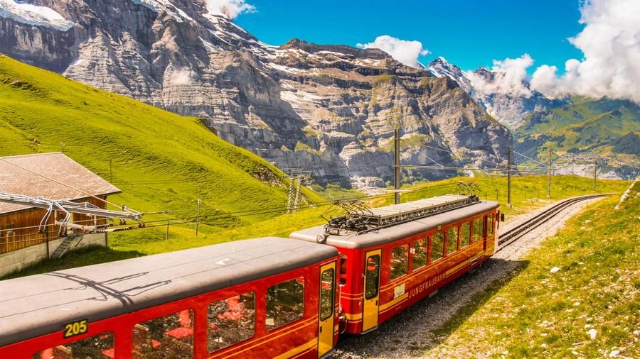 Viaggiare in treno tra le montagne