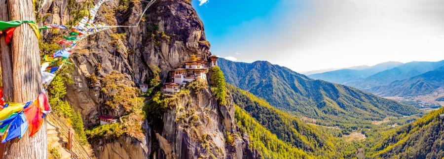 Monastero di Taktsang e bandierine votive