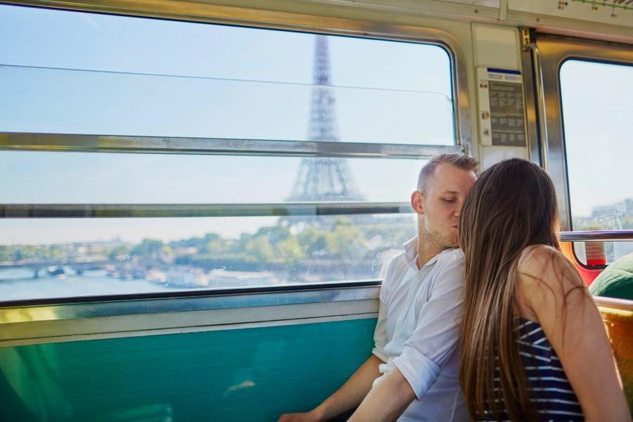 Coppia in viaggio in treno verso Parigi