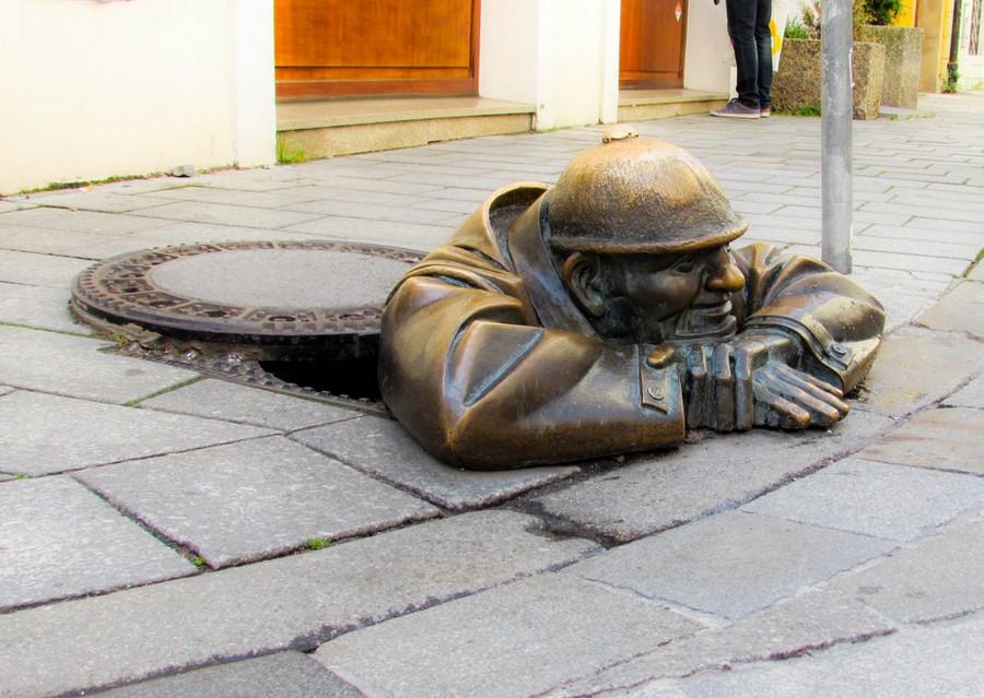 Bratislava, la buffa statua di Cumil