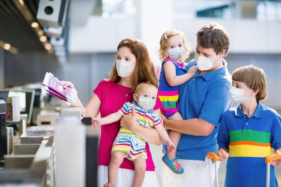 Famiglia allegra in aeroporto, in partenza