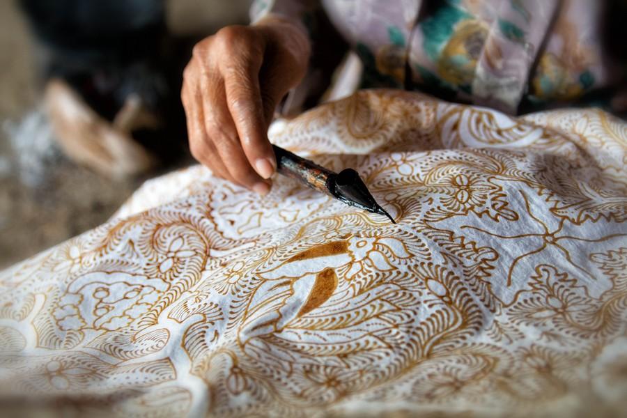 Indonesia, lavorazione del tessuto batik
