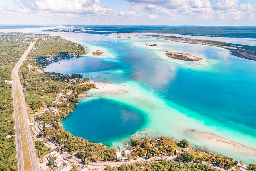 Veduta aerea della Laguna di Bacalar (Messico)