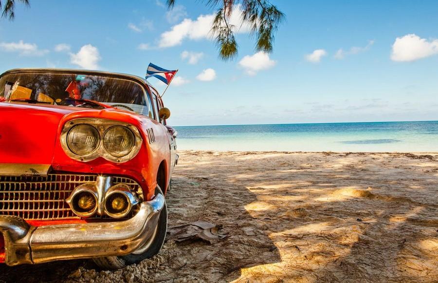 Auto d'epoca con bandiera di Cuba