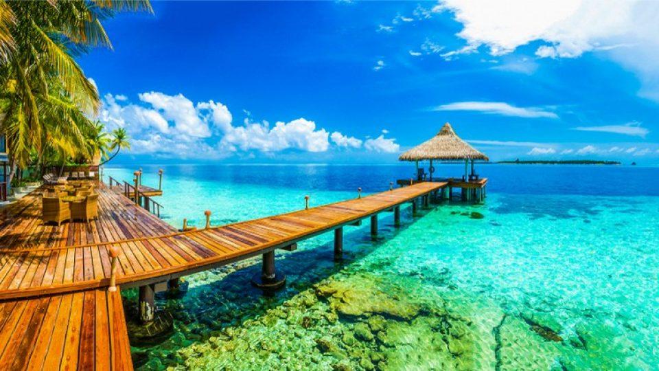 Pontile sospeso su un mare da sogno alle Maldive