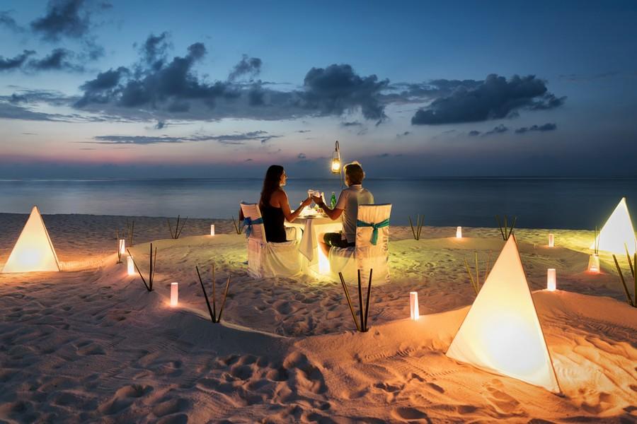 Romantica cena su una spiaggia delle Maldive