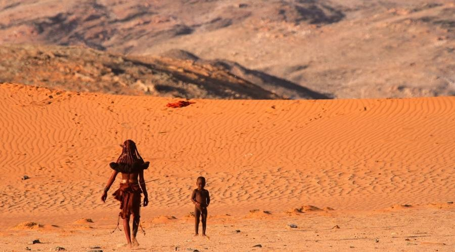 Due persone di una tribù Himba