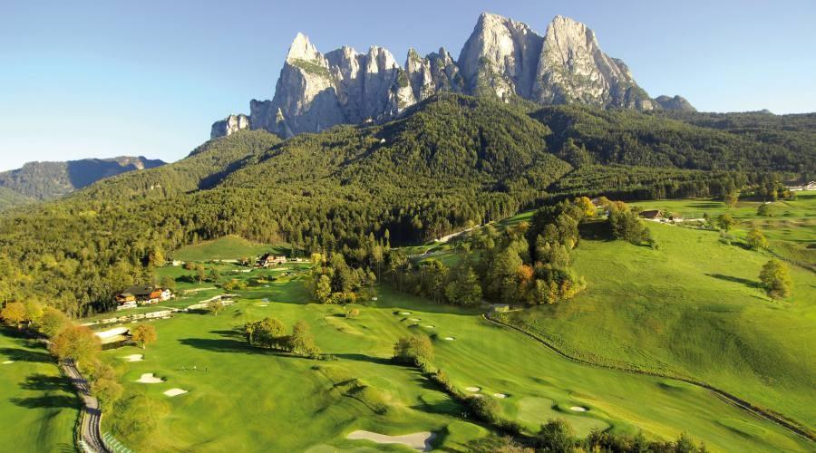 Campo da golf sulle Dolomiti