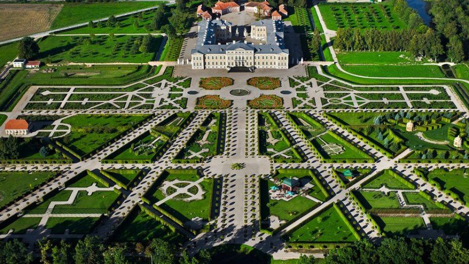 Palazzo di Rundale e giardini esterni