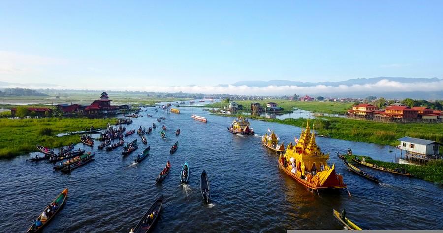 Lago Inle durante il Phaung Daw Oo Pagoda Festival