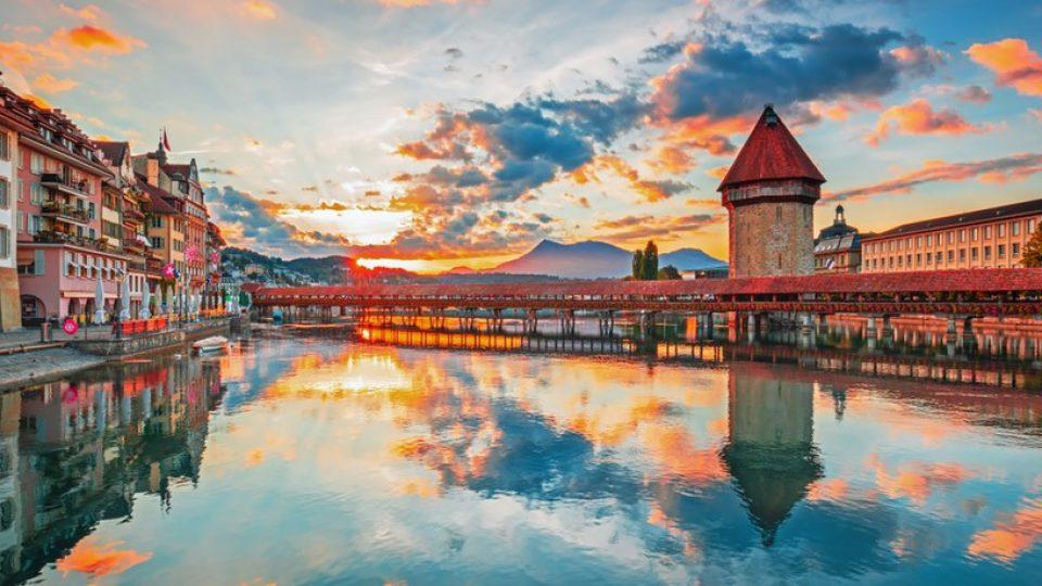 """Il """"Ponte della Cappella"""" di Lucerna al tramonto"""