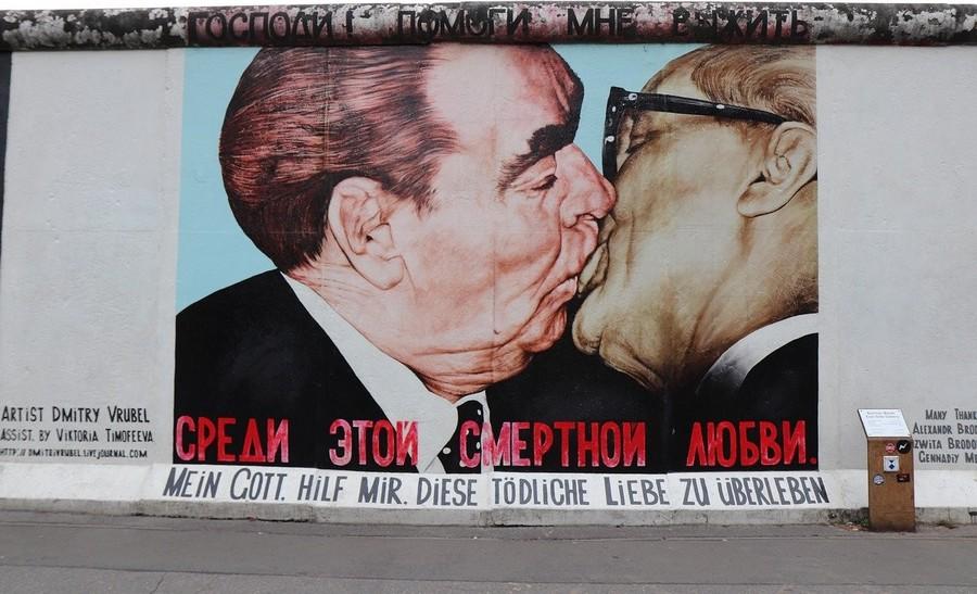 """Il """"Bacio"""" sulla East Side Gallery a Berlino"""