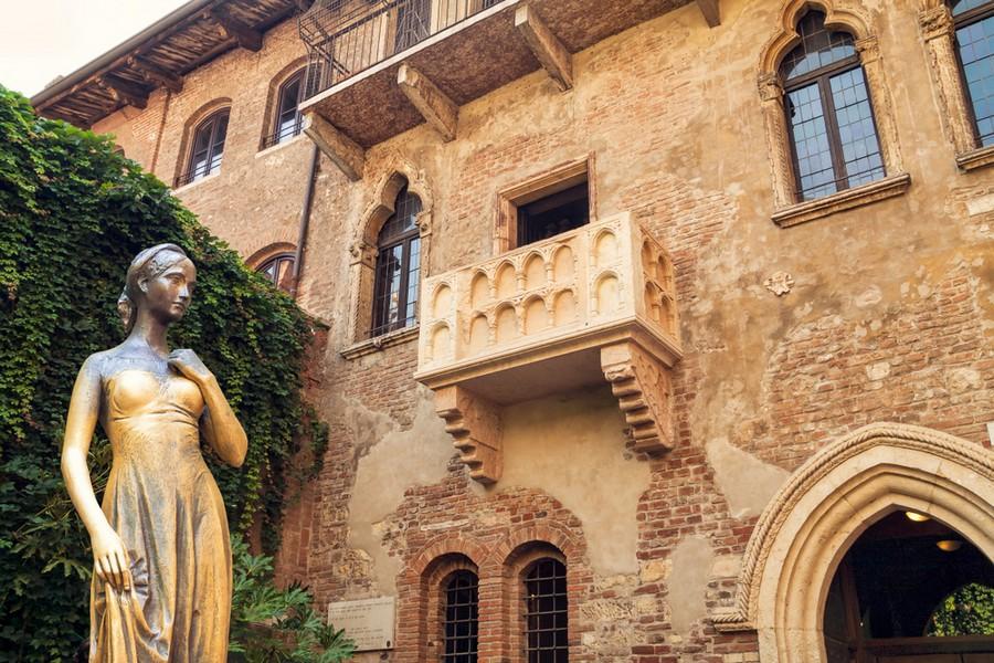 Casa di Giulietta a Verona: il balcone e la statua