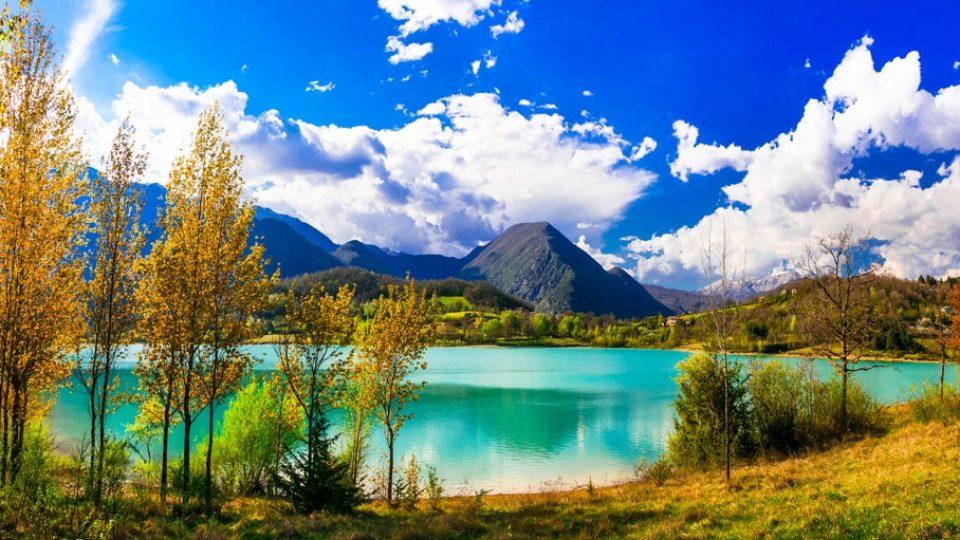 Beautiful autumn landscape with turquoise lake Lago di Castel San Vincenzo. Molise, Italy710422417-min